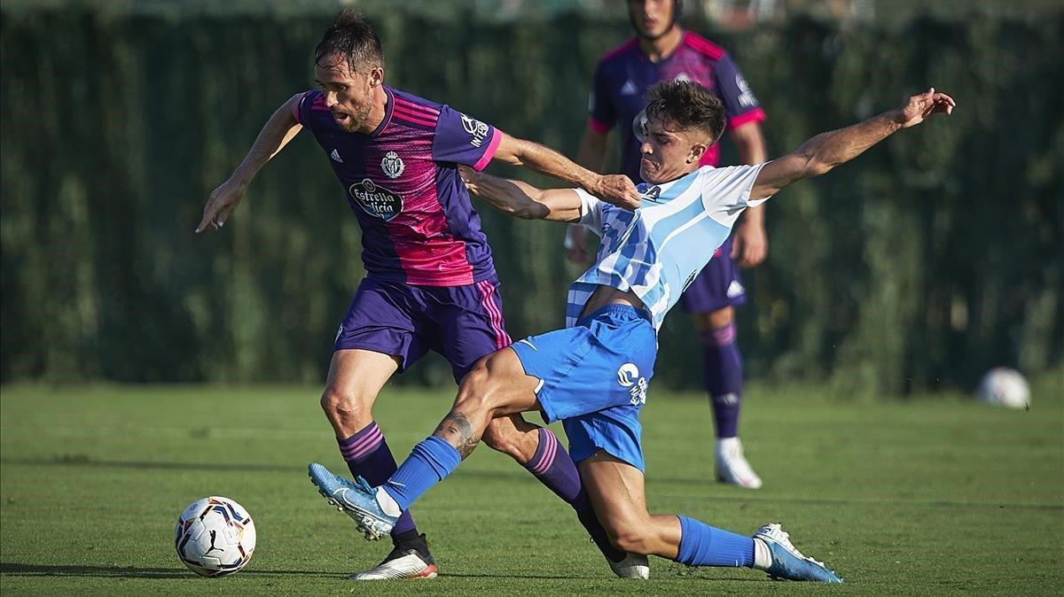 Michel Herrero, del Valladolid, y Julio Martínez, del Málaga, en el amistoso jugado el domingo en Marbella.