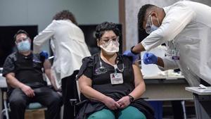 Médicos del Hospital St. Vincent, en Nuevo México, reciben la vacuna del coronavirus.