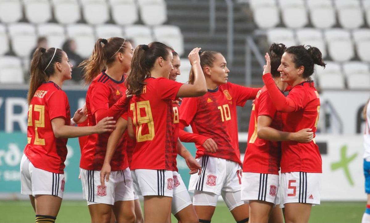 Los jugadoras españolas celebran uno de los goles.