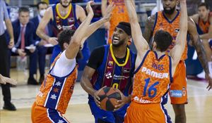 El azulgrana Davies intenta salir de la presión de la defensa valenciana