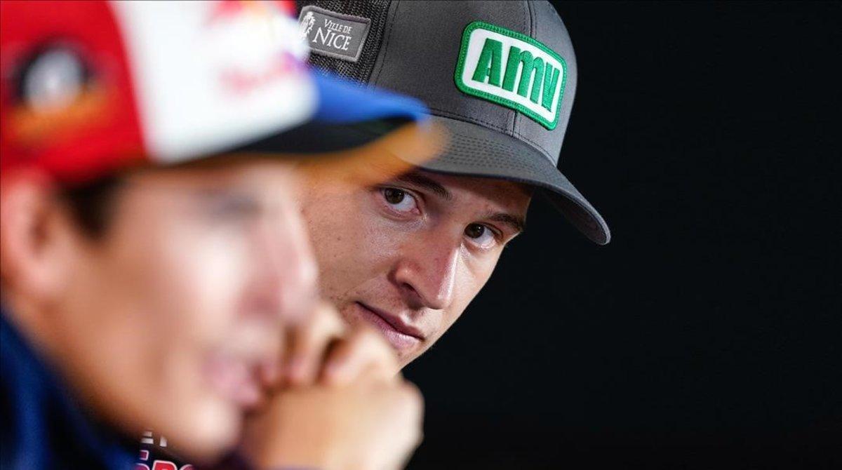 El joven francés Fabio Quartararo (Yamaha), 'rookie' del 2019, observa con atención una respuesta del octovampeón Marc Márquez (Honda), en la conferencia de prensa, del pasado jueves, en Motegi (Japón).