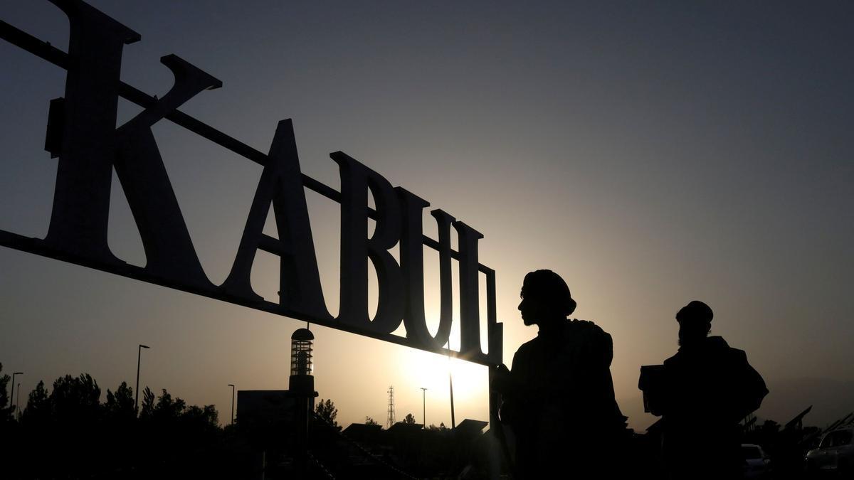 Soldados talibanes frente al cartel de Kabul en el aeropuerto internacional