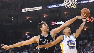 Pau Gasol intercepta con un tapón un intento de penetración de Stephen Curry en el partido Golden State Warriors-San Antonio Spurs que abría la nueva temporada de la NBA.