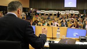 El secretario general de Vox,Javier Ortega Smith,durante la protesta de un grupo feminista en el Parlamento Europeo.