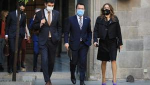 El 'president' de la Generalitat, con el 'vicepresident', Jordi Puigneró, y la 'consellera' de Presidència, Laura Vilagrà, a su llegada a la reunión del Govern de este 12 de octubre de 2021.