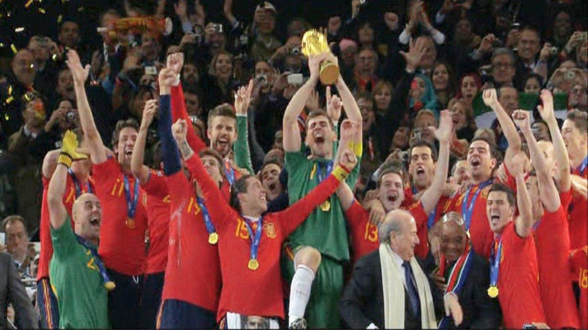 Iker Casillas levantando el trofeo como campeones del Mundial de fútbol de Sudáfrica 2010.