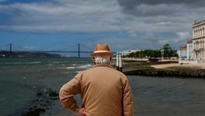 Portugal paralitza la desescalada pel repunt de casos de Covid