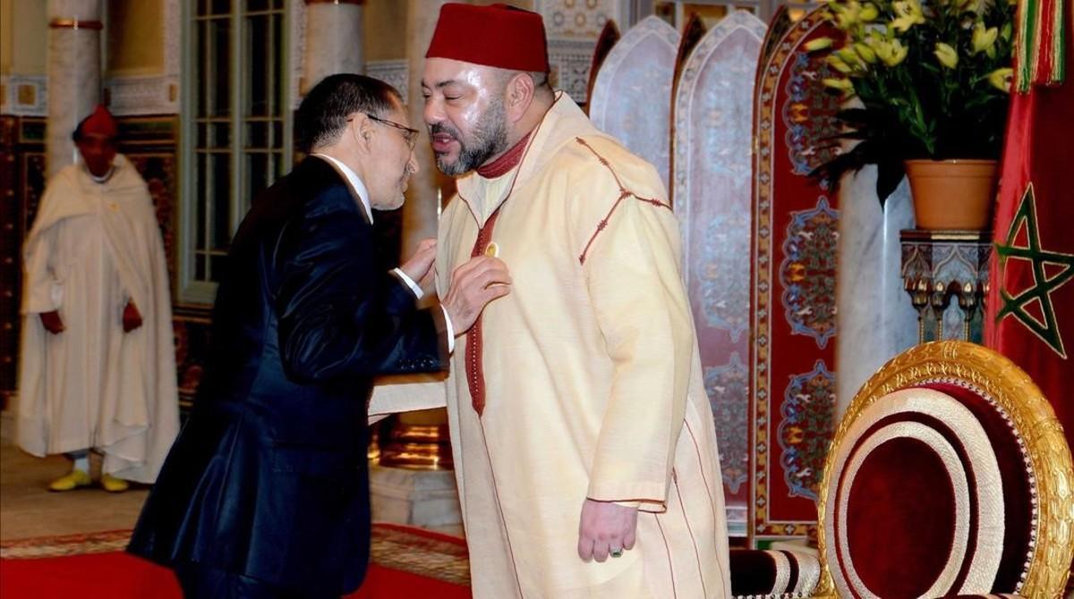 Al Othmani saluda al rey Mohamed VI en el palacio real, en Casablanca, el 17 de marzo.