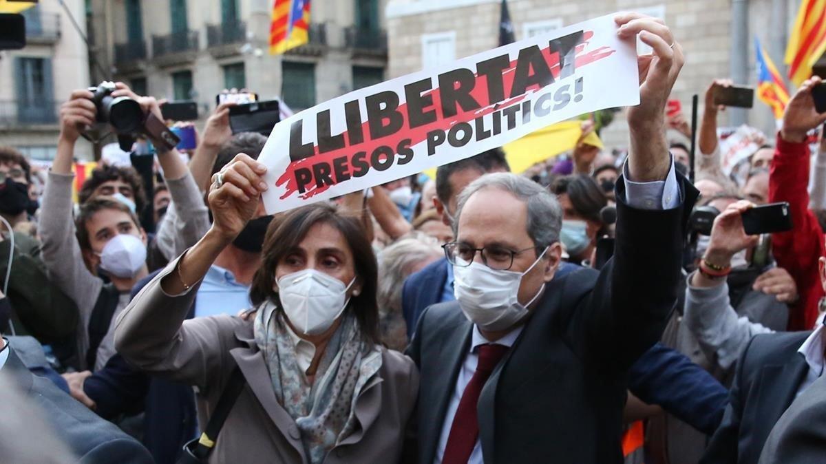 El 'president' Quim Torra, y su mujer, Carola Miró, durante su paseo por la plaza de Sant Jaume de Barcelona.