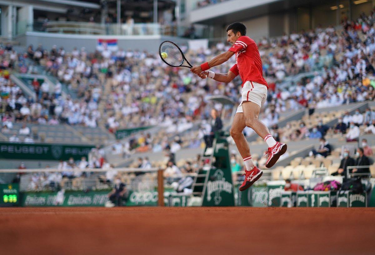 Djokovic parece que vuele para devolver una bola a Nadal, en París