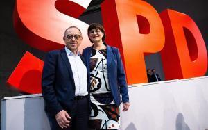 Saskia Esken (derecha) y Norbert Walter-Borjans,nuevos líderes del SPD.