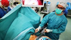 El doctor Joan Carles Trujillo, del servicio deCirugía Torácica del Hospital de Sant Pau,operando a un paciente con cáncer de pulmón con una nueva técnica pionera
