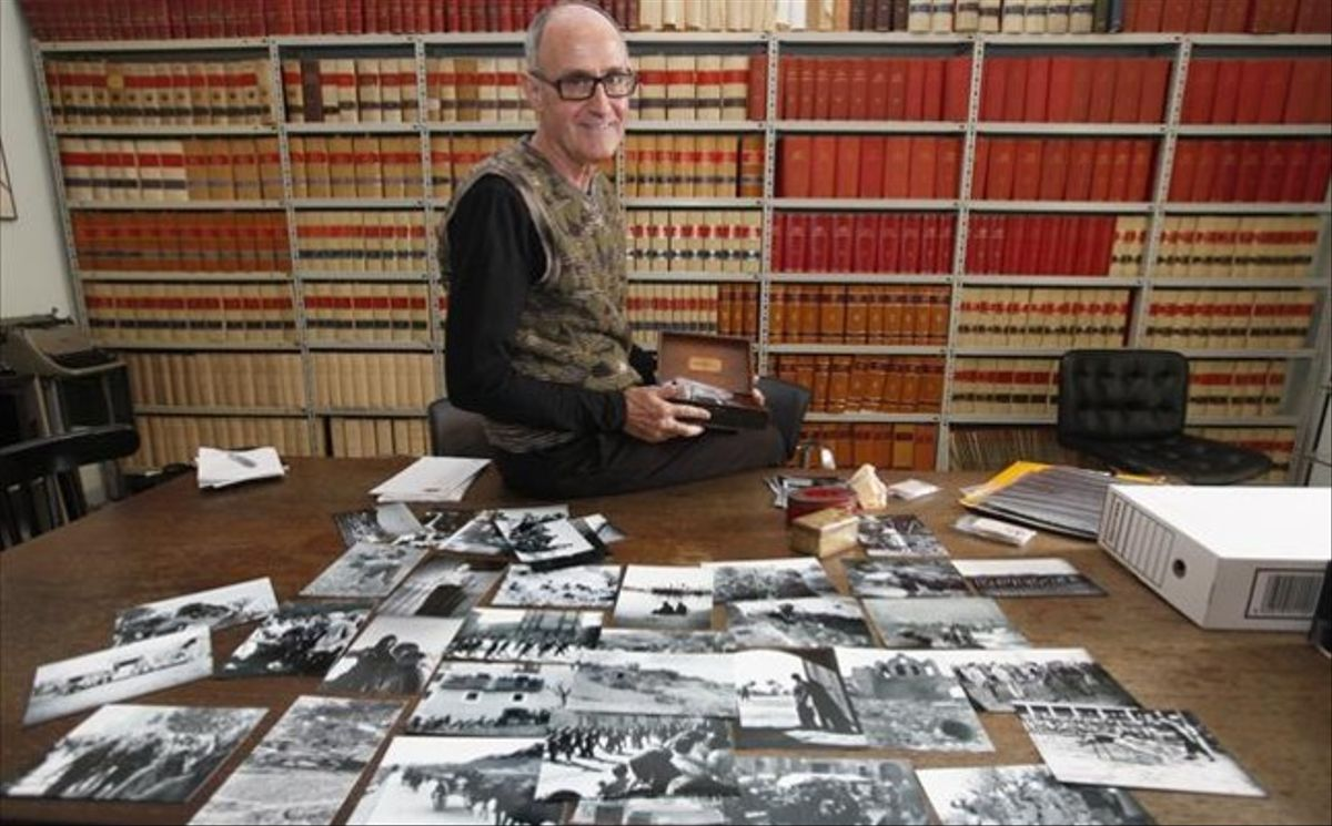 Josep Cruanyes, con copias de las fotografías adquiridas por la Comissió de la Dignitat