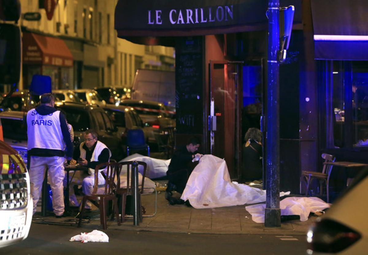 Los cadáveres de varias víctimas yacen a las puertas de un restaurante en la capital francesa.