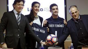 Carolina Marín y Javier Fernández, acompañados por José Ramón Lete, secretario de Estado y Javier Tebas, presidente de LaLiga.