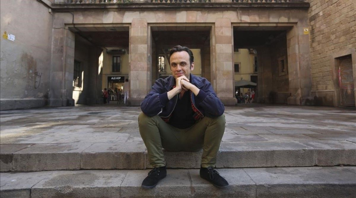 Iván Morales, en la plaza de Vicenç Martorell. Se sienta en las mismas escaleras donde posaban Marcel Borràs y Nao Albert en el cartel de su corto 'Dibujo de David'.