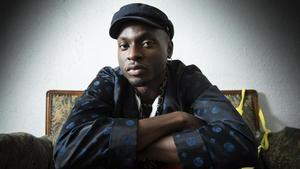 El músico nigeriano Wekaforé Jibril, impulsor del sello Voodoo Music, posa en su casa de Barcelona