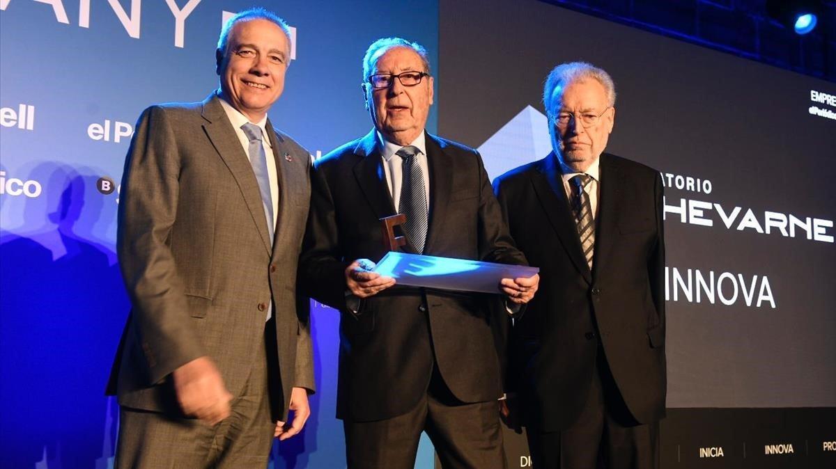 El fundador y presidente de Laboratorio Echevarne, Fernando Echevarne (centro), recibe el Premi Innova; del presidente del comité editorial de EL PERIÓDICO, Joan Tapia (derecha), y del presidente del Consorci de la Zona Franca de Barcelona, Pere Navarro (izquierda).