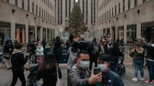 Unas pocas personas junto al árbol de Navidad del Rockefeller Center.