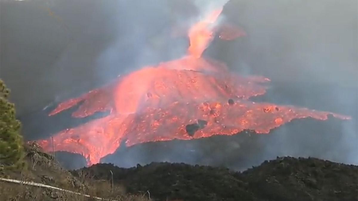 La colada de lava se desborda en el cono principal del volcán de La Palma