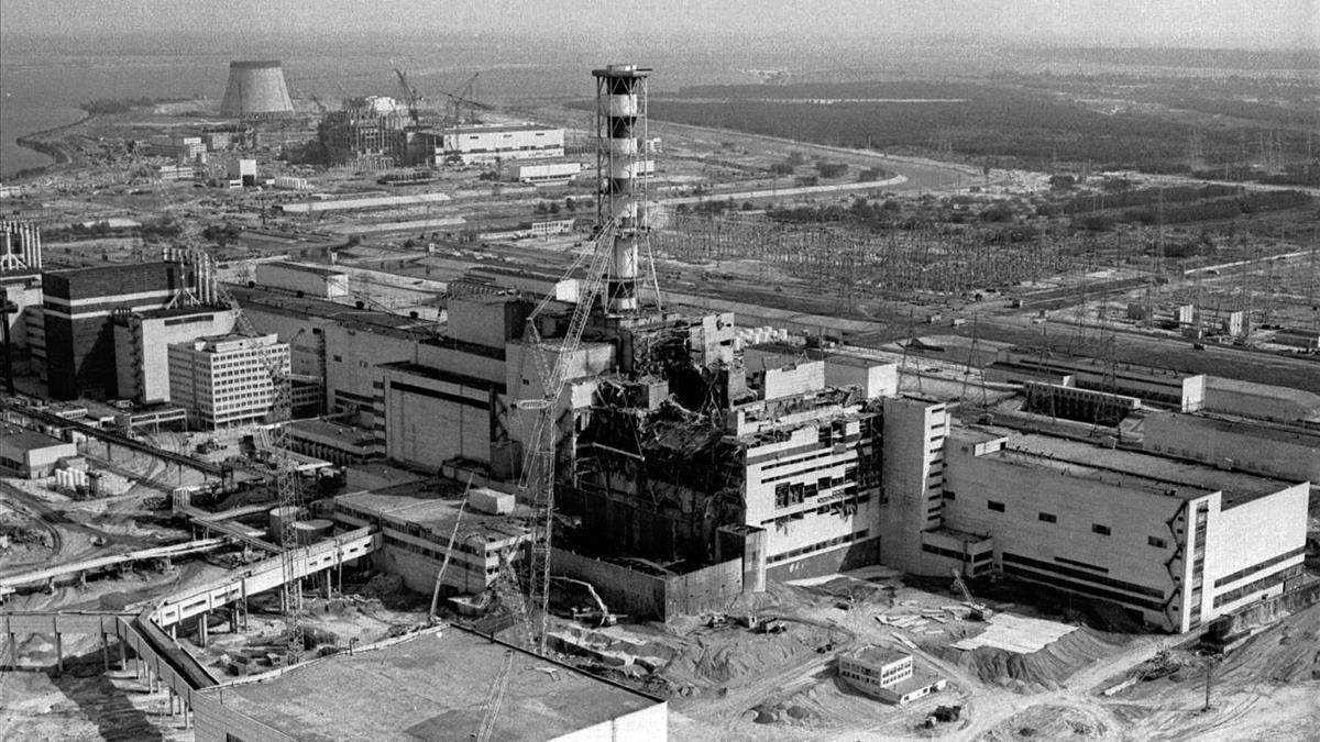 La centra nuclear de Chernóbil, tras la explosión del reactor número 4 el 26 de abril de 1986.