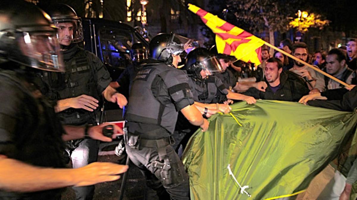 Miembros de las CUP intentan acampar ante la Delegación, pero son desalojados.