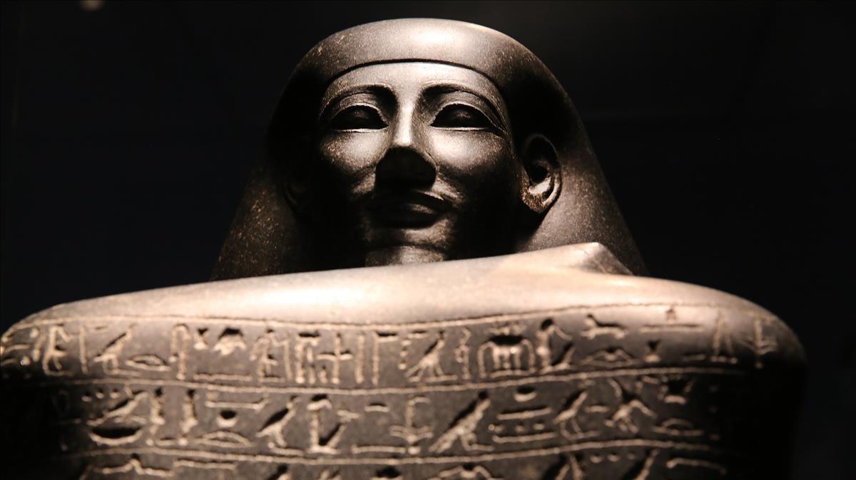 Estatua del funcionario del Gobierno Sennefer, del reinado de Tutmosis III.