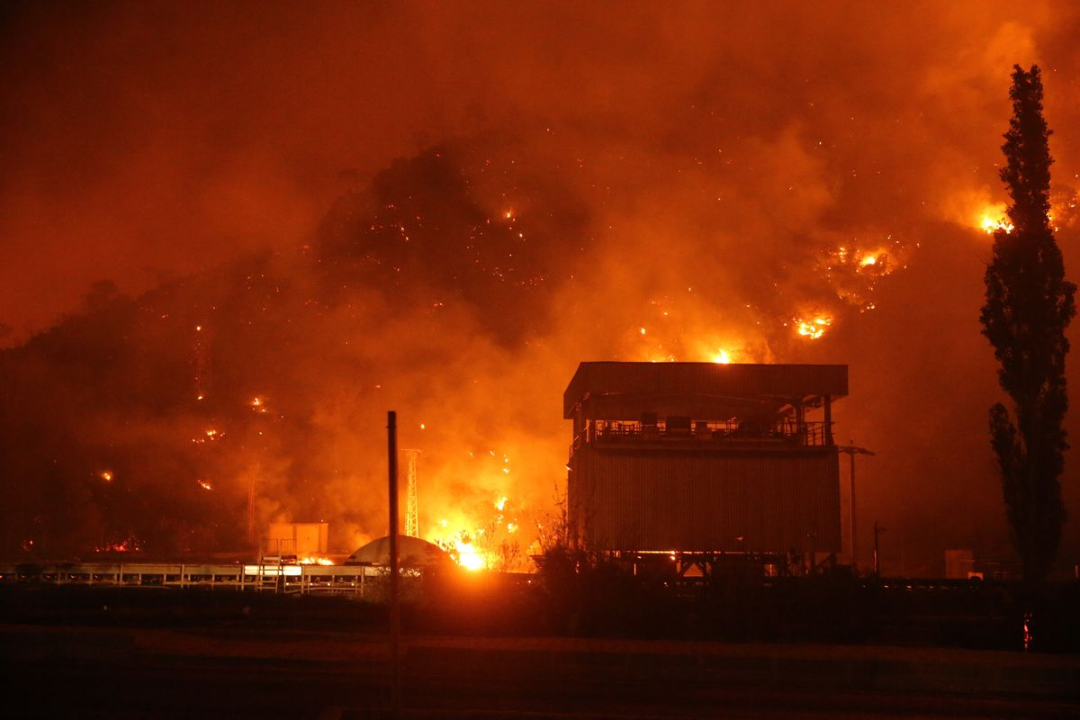 Imagen del incendio que amenaza la central térmica de Milas, en Mugla, Turquía.