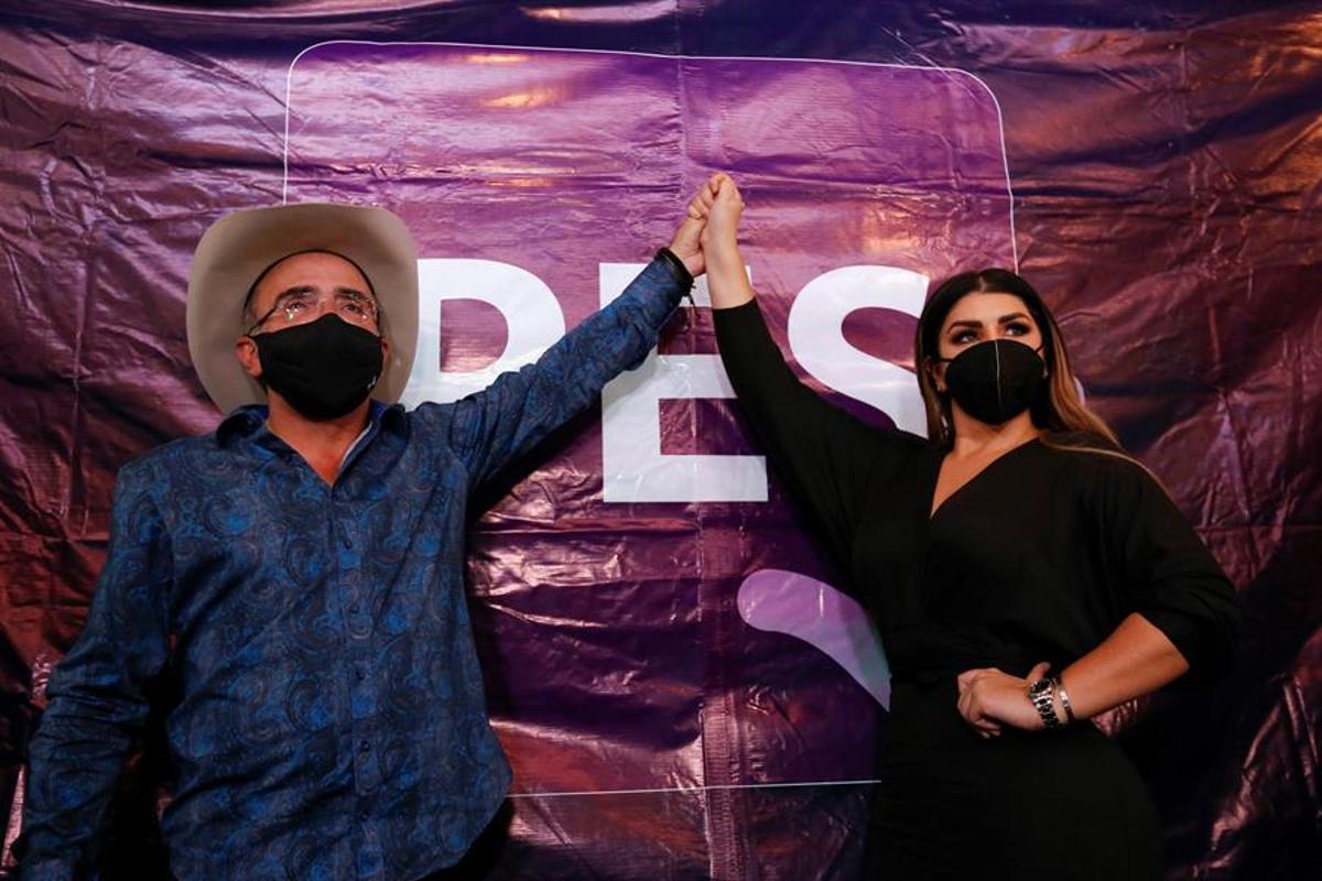 Vicente Fernández Jr y Mariana González.