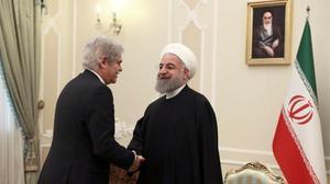 El ministro de Exteriores español, Alfonso Dastis, saluda al presidente de Irán, Hasán Rohani, este miércoles en Teherán.