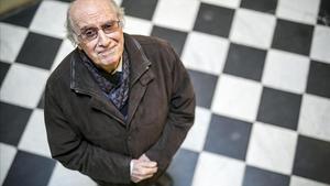 El filólogo Joan Veny, nuevo Premi d'Honor de les Lletres Catalanes, este lunes en la sede de Òmnium Cultural.