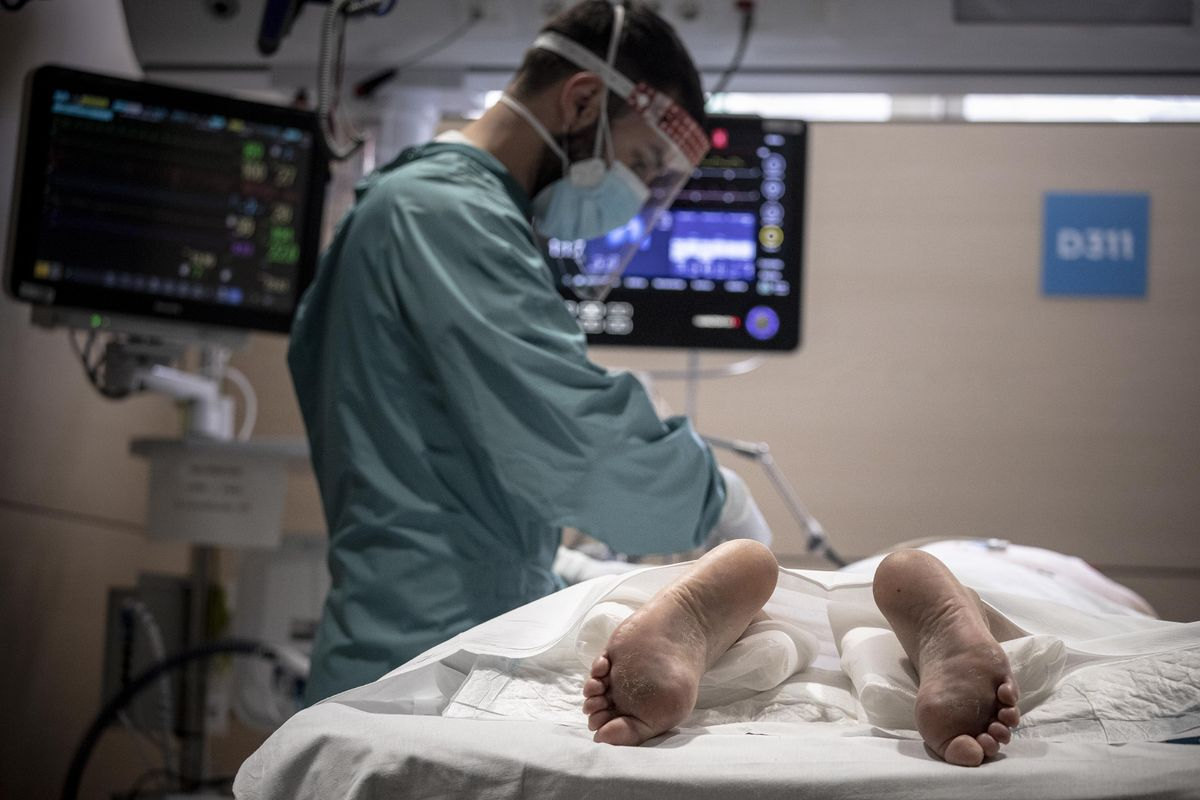 Un enfermo con covid-19 en la uci de Vall d'Hebron, el martes.