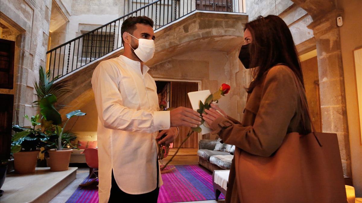 Preparativos de reapertura del Hotel Neri y entrega de las primeras rosas.