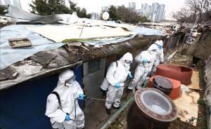 Soldados de Corea del Sur desinfectan un barrio de Seúl ante el temor de contagio del coronavirus.