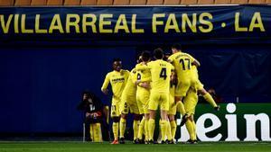 Los jugadores del Villarreal celebran el segundo gol que garantizaba su clasificación.