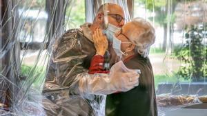 Una anciana saluda a su familiar en una residencia del Veneto, en Italia.