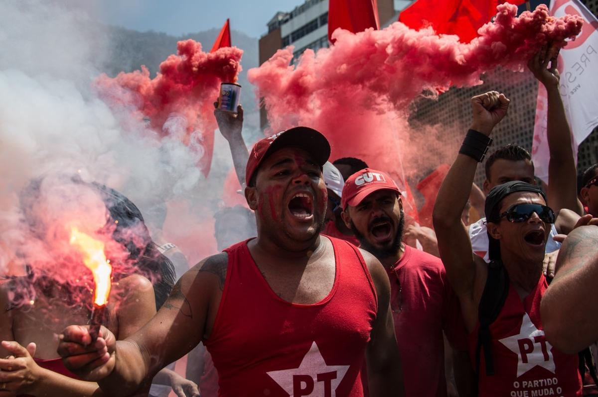 Fieles al Partido de los Trabajadores muestran su apoyo al expresidente brasileño Lula da Silva en Río de Janeiro.