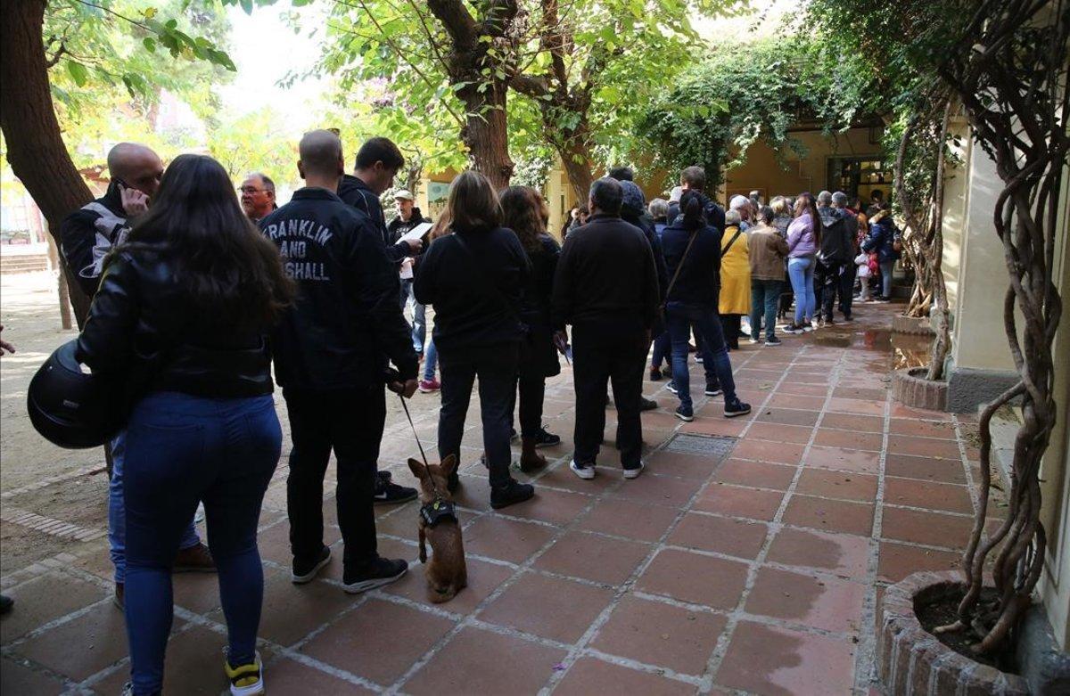 Colas para votar en el colegio Casas del Clot, en Barcelona.