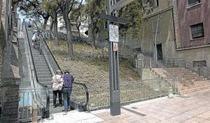 Vecinos de Horta-Guinardó suben la calle de Telègraf por las escaleras mecánicas.