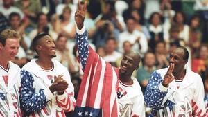 Jordan realiza el signo de la victoria tras conquistar el oro en Barcelona-92 junto a Drexler, Pippen y Bird.