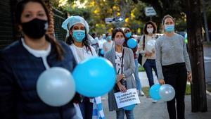 Un grupo de madres argentinas defienden ante in colegio de la capital la educación presencial.