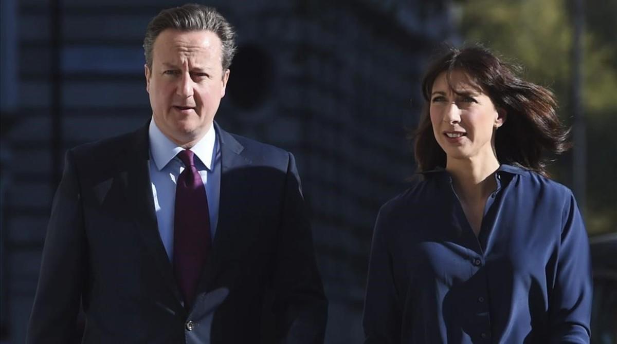 Cameron y su esposa, Samantha, llegan a Central Methodist Hall para participar en los comicios regionales y locales, en Londres, este jueves.