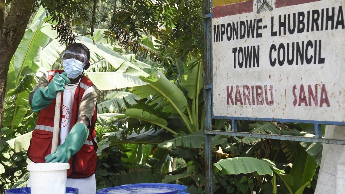 Un trabajador se sanea en Mpondwe, ciudad de Uganda fronteriza con la República Democrática del Congo.