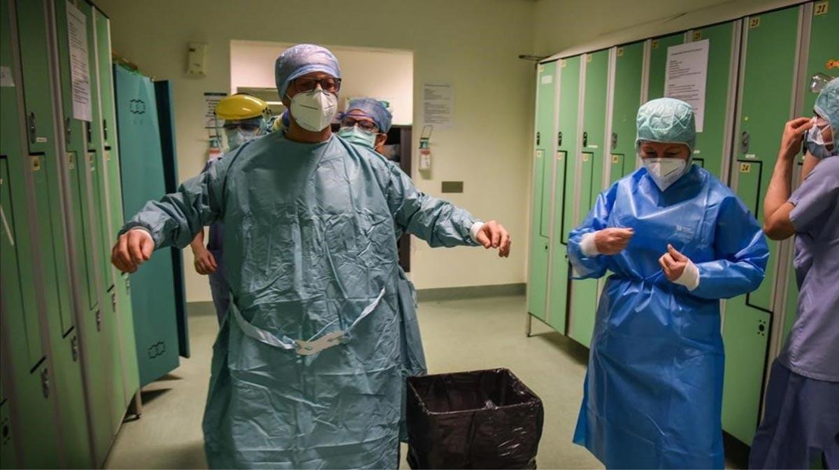 Italia reduce cifras de muertos y contagios. En la foto, el personal médico se prepara en un hospital de Rezzano, cerca de Milán.