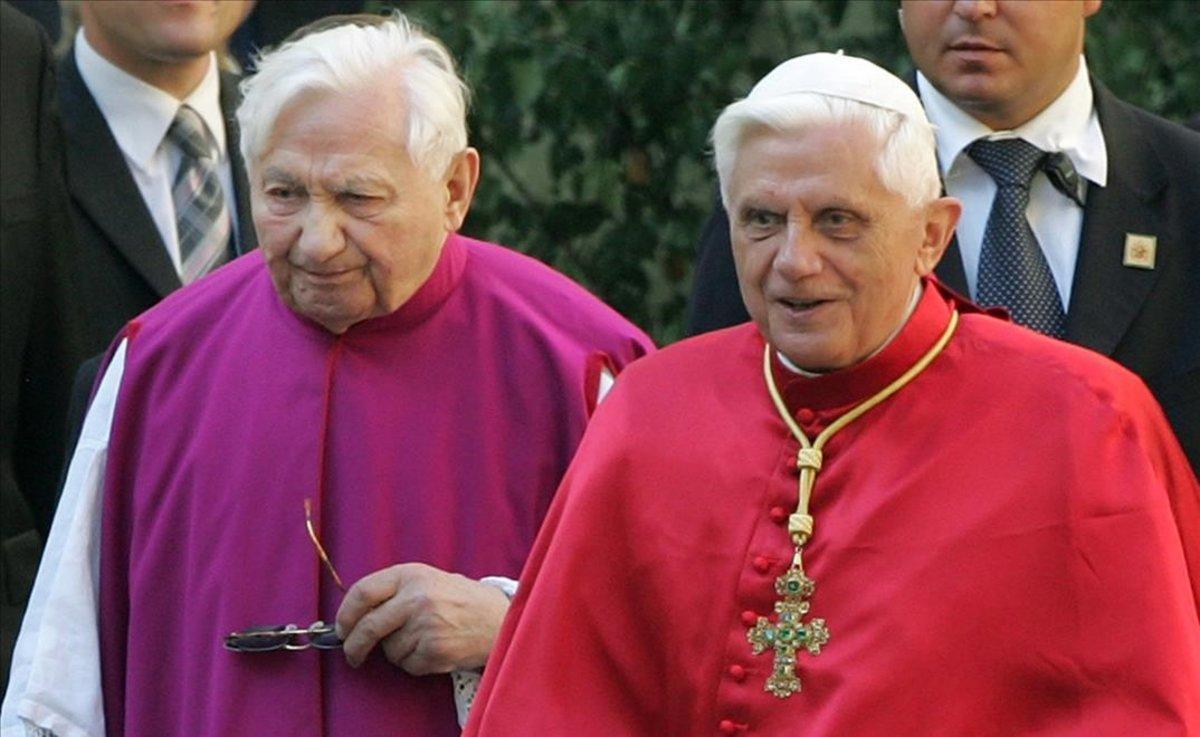 Benedicto XVI (derecha), junto a su hermano Georg Ratzinger, en una imagen de archivo.
