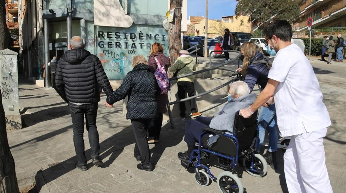 Ancianos de la residencia geriátrica Activa Parc de les Aigües regresan a las instalaciones del centro en el primer día en el que han podido salir.