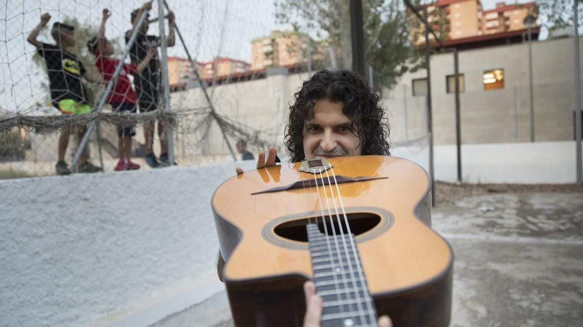 Albert Bello, profesor de jazz manouche o jazz gitano, en la Escola Municipal de Música de L'Hospitalet de Llobregat.