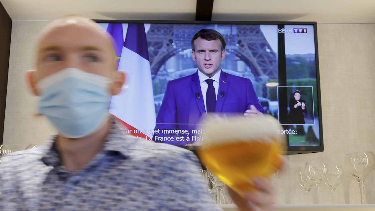 Macron aprueba en Francia unas polemicas medidas anticovid.