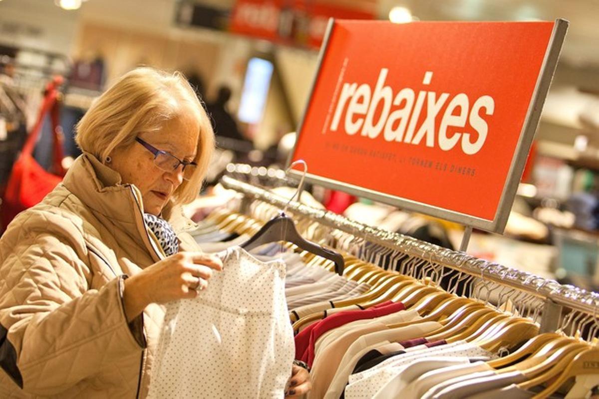 Un compradora busca rebajas en un gran almacén de Barcelona.