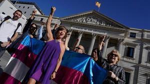 Imagen de archivo de una protesta de activistas y madres de menores trans en el Congreso de los Diputados.
